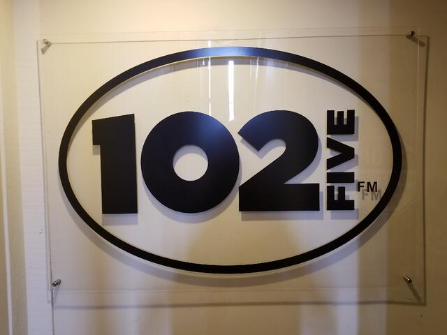 CD 102.5 wall logo